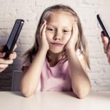 Det er dog ikke kun børnene, der skal lære at lægge telefonerne fra sig – det skal forældre også.