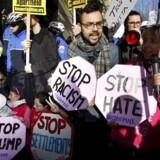 Donald Trump vækker stærke følelser hos både store og små. Her er det demonstranter ved en demonstration i Washington forleden. Foto: Yuri Gripas