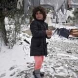Et barn leger i sneen i Kara Tepe-lejren på Lesbos efter det voldsomme snevejr i januar i år.