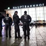 Seks ansatte i Kølns Politi bliver nu anmeldt til selvsamme politi af Køln-borgere, som søger svar på, hvorfor politiet ikke greb ind, mens krænkelserne stod på nytårsnat.