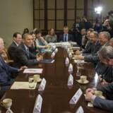 Topcheferne for verdens største teknologigiganter - alle amerikanske - har tidligere mødtes flere gange med præsident Barack Obama og vicepræsident Joe Biden for at få stoppet masseovervågningen af folks personlige oplysninger. Her ses de ved et møde i december 2013. Arkivfoto: Jim Watson, AFP/Scanpix