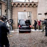 Bilen hvor Peter Maden sandsynligvis sidder i ankommer til Københavns Byret på Nytorv, torsdag den 8. marts 2018. Peter Madsen er tiltalt for at have dræbt den svenske journalist Kim Wall på sin ubåd, parteret liget og kastet delene i havet. Sagen fortsætter 23., 26., 27. og 28. marts samt 5., 23. og 25. april.