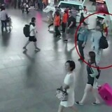 Overvågningsbilleder viser Kim Jong-mam, kort efter at han er blevet angrebet i lufthavnen i Kuala Lumpur.