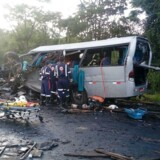 Første meldinger lyder, at ulykken opstod, da en minibus ramte en modkørende lastbil med papir om bord. EPA/SAMU
