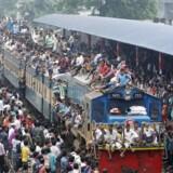 Myldretid under religiøs højtid ved jernbanestationen i lufthavnen i Dhaka, Bangladesh.