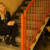 Nana Strandgaard i sit hjem på Nørrebro. Nana Strandgaard er vokset op i en familie, hvor først faren havde et alkoholmisbrug og senere også moren. Hun havde ønsket at andre voksne omkring hende havde reageret.