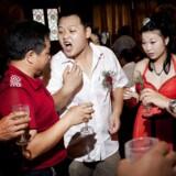 Arkivfoto: Det er en tradition ved mange kinesiske brylluper, at gommen skal gå rundt til hvert bord og hilse på gæsterne ved at bunde et shot baijiu. Det gjorde Zhuang Tianzhu også, da han blev gift med Liu Huan, og måtte efterfølgende bevise over for sine gæster, at han faktisk havde drukket ud.