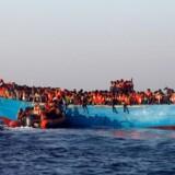 Her ses en af de både med flygtninge og migranter, der mandag fik assistance.
