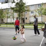 ARKIVFOTO. Børn og voksne spiller basket i Tingbjerg.