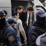 Striden mellem Grækenland og Tyrkiet er blusset op efter at Grækenland sidste uge afviste at udvise otte tyrkiske officerer, der anklages for at stå bag kupforsøget mod præsident Erdogan. Her ankommer to af officererne til retten i Athen.