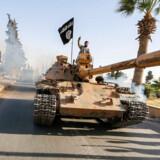 BMINTERN - RB PLUS USA er klar med planer mod Islamisk Stat- - Islamisk State kriger kører parade gennem Raqqa d. 30. juni 2014- - Se RB 28/2 2017 08.15. USA er klar med planer mod Islamisk Stat. Donald Trump har lovet vælgerne, at han vil slå hårdt ned på Islamisk Stat. Nu har Pentagon givet ham planer for, hvordan den militante bevægelse kan knuses.. (Foto: STRINGER/Scanpix 2017)