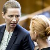 S-formand, Mette Frederiksen i samtale med integrationsminister Inger Støjberg (V) før folketingets åbningsdebat i folketingssalen.