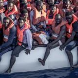 Flygtninge og migranter i en overfyldt gummibåd samles her op af Læger Uden Grænsers redningsskib Vos Prudence i Middelhavet.