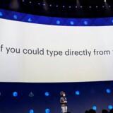 »Hvad nu hvis man kunne skrive direkte fra hjernen?« spurgte Regina Dugan, som leder Facebooks hemmelige forskningsafdeling, der nu arbejder med netop dette, så man ikke skal bruge hverken stemme eller fingre, når man vil skrive en besked. Foto: Stephen Lam, Reuters/Scanpix