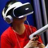 Med VR-briller på - her Sonys Playstation VR - træder man ind i den virtuelle virkelighed og kan bevæge sig rundt i spillene. Skærmbilledet følger den retning, som man kikker i. Arkivfoto: Christopher Jue, EPA/Scanpix