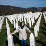 En kvinde sørger i nærheden af mindesmærket Potocari, der er rejst til ære for ofrene for krigsforbrydelser under den jugoslaviske borgerkrig. Nu har EU-domstolen slået fast, at krigsforbrydere med EU-pas ikke er garanteret retten til fri bevægelighed i EU.