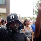 Siden fredag har borgere i byen St. Louis været på gaden for at vise deres utilfredshed over, at en hvid betjent blev frikendt for at have skudt og dræbt en sort mand i 2011.