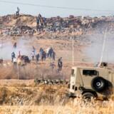 To mænd er blevet dræbt i sammenstød mellem israelske sikkerhedsstyrker og palæstinensiske demonstranter.