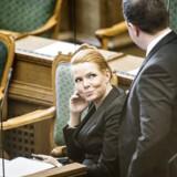 Arkivfoto: Integrationsminister Inger Støjberg (V) og Martin Henriksen (DF) i folketingssalen.
