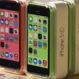 Det er en iPhone 5C som denne fra Apple, som det amerikanske politi i nu to måneder forgæves har forsøgt at bryde ind i. Nu har en amerikansk domstol beordret Apple til at hjælpe. Arkivfoto: Adrees Latif, Reuters/Scanpix
