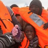 Et barn er blandt flere migranter, som forsøger at nå et redningsfartøj fra deres overlæssede båd. I denne situation fra 2. januar 2017 lykkedes det en spansk NGO at redde alle 112 ombord, herunder to gravide og fem børn. I 2016 druknede over 4.500 mennesker i Middelhavet.