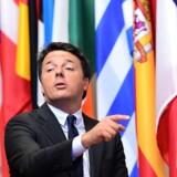 Matteo Renzi forlader et møde med EUs regeringschefer i Bruxelles. Foto: Emmanuel Dunand