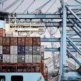 APM terminals losser containere fra et Mærsk skib på havnen i Rotterdam. (Foto: CLAUS BJØRN LARSEN/Scanpix 2012)