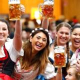 Man bliver ikke bare glad i låget af alkohol. Man bliver skjijssme osse så god til udtale ord på udenlandsk. Billedet er fra okotoberfesten i München.