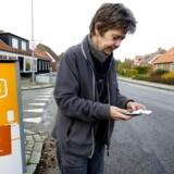 Næh, der er stadig intet signal. Dårlig mobildækning, som her omkring Staby, plager stadig dele af landet, og det skal der nu gøres noget effektivt ved, er politikerne enige om. Arkivfoto: Johan Gadegaard, Scanpix
