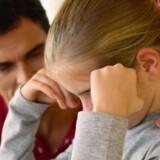 Forældrenes frustrationer og brændte følelser efter en skilsmisse går hårdt ud over børnene, siger eksperterne. Men der er ting, du kan gøre, for at passe på barnet, når nye dates og kærester kommer ind i billedet. Free/Colourbox