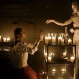 På Chateau Motel i Indre By kan du opleve hybridværket »Doom Room«, hvor du gennem virtual reality og performancekunst ser døden i øjnene og efterfølgende rejser gennem efterlivet. »Doom Room« er realiseret af det kunstnerdrevne produktionsselskab Makropol og filmskaberen Jesper Dalgaard, som har skrevet og instrueret værket.
