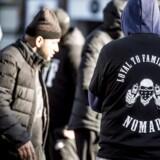 Medlemmer af gruppen Loyal To Familia (LTF) er mødt op foran Københavns Byret på Nytorv, hvor der mandag den 9. oktober forventes dom i sagen mod den selverklærede leder af banden, Shuaib Khan. Den 30-årige pakistaner er tiltalt for trusler mod en betjent. (Foto: Scanpix Danmark STF/Scanpix 2017)