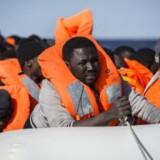 Afrikanske migranter i en overfyldt gummibåd får hjælp af den spanske organisation Pro-Activa Open Arms. Siden nytår er over 21.000 migranter bragt til Italien. (Arkivfoto). Foto: AP/Olmo Calvo