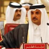 Qatars emir Sheikh Tamim bin Hamad al-Thani (på billedet) ringede ifølge tv-kanalen al-Arabiya for nogle uger siden til den iranske præsident Hassan Rouhani. Det er en kniv i ryggen på det saudiske projekt, der handler om at isolere Iran mest muligt. Nu har fire arabiske stater afbrudt de diplomatiske forbindelser med Qatar/ AFP PHOTO / STRINGER