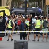 Politiet tjekker identiteten på befolkningen i Barcelonas gader.