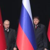 Præsident Vladimir Putin indledte tirsdag et todages besøg i Tyrkiet, hvor han skal indlede opførelsen af landets første atomkraftanlæg og koordinere de to landes politik i Syrien. Putin og hans modpart, præsident Recep Tayyip Erdogan, får onsdag følgeskab af Irans præsident, Hassan Rouhani, til et topmøde om Syrien. Reuters/Umit Bektas