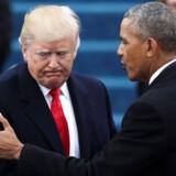 Til Donald Trumps indsættelse 20. januar. trykte han og Barack Obama venligt hånd. Nu anklager præsidenten sin forgænger for at være en »syg« fyr. January 20, 2017. REUTERS/Carlos Barria/File Photo TPX IMAGES OF THE DAY