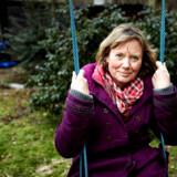 Familievejleder Lola Jensen vejleder børnefamilier, holder foredrag og er blandt andet forfatter til Den store far, mor & børn. I haven med bold. I haven, sidder på gyngen.