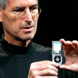 Steve Jobs præsenterer den nye, tynde iPod. Foto: Robert Galbraith/Reuters