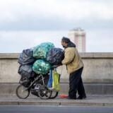 Nørrebro torsdag morgen d. 1. juni 2017. En roma har fyldt sin klapvogn med tomme dåser og trækker afsted, hen over Dronning Louises bro. En ny lov, den såkaldte »romalov«, beskyldes nu for at »opbygge kriminalitet« istedet for at »forebygge den« (Foto: Bax Lindhardt/Scanpix 2017)