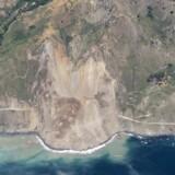 Lørdagens jordskred ved Mud Creek var så voldsomt, at en mur af sten og jord fortsatte ned i havet 250 meter fra kysten.