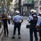 Spanske betjente kontrollerer identiteten af tre mænd i gågaden La Rambla. Arkivfoto.