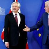 EU's brexitforhandler, Michel Barnier (th.), på en pressekonference sammen med David Davis, der er Storbritanniens minister med ansvar for brexit.