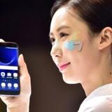 Samsungs nye toptelefon, Galaxy S7 og (her) søstermodelleen Galaxy S7 Edge, kommer i butikkerne fredag. Her vises den frem i Seoul. Foto: Yeon-Je Jung, AFP/Scanpix