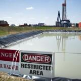 Fracking går kort fortalt ud på at bore ned i undergrunden og pumpe kemikalier ned gennem jordlagene for at få løsnet gassen. I den proces slipper der gas ud, og det stinker.