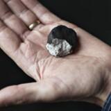Lektor Henning Haack viser en stump af Ejbymeteoritten.