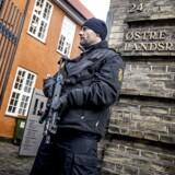 Der er ekstra sikkerhedsopbud omkring Østre Landsret i København i disse dage, hvor retten behandler en ankesag mod en nu 17-årig pige fra Kundby. I fredags blev hun kendt skyldig i forsøg på terrorisme ved at have planlagt bombeangreb mod to danske skoler, og mandag ventes landsretten at afgøre, hvor lang en straf pigen skal have.