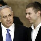 TOPSHOTSPå billedet er det Israels premierminister Benjamin Netanyahu og hans søn Yair under et besøg ved Grædemuren i Østjerusalem i 2015. Yair er en af denne uges mest omtalte personer i israelske medier, fordi han er endt i et heftigt Facebookskænderi efter han nægtede at samle sin hunds lort op på en gåtur i Jerusalem. . AFP PHOTO / THOMAS COEX