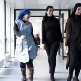 Naima Amrissani (tv.), Emine Kuscu (i midten) og Beyza Cakiltas (th.) uddanner sig til SOSU-assistent i Brøndby og går i klasse sammen. Uddannelsen er populær blandt unge med ikke-vestlig baggrund – og blandt piger. De tre har kun kvindelige klassekammerater.