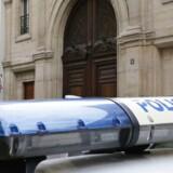 En politibil holder uden for internetgiganten Googles kontor i Paris, hvor myndighederne tirsdag morgen indledte en razzia. Foto: Matthieu Alexandre, AFP/Scanpix